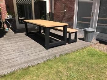 Douglas kloostertafel met zwarte tafelpoten